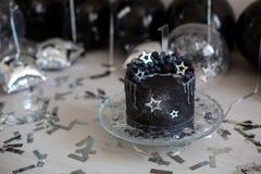 Zwarte cake met sterren en bessen Stock Afbeelding
