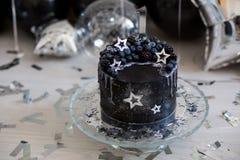 Zwarte cake met sterren en bessen Royalty-vrije Stock Foto