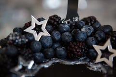 Zwarte cake met sterren en bessen Stock Foto