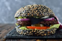 Zwarte cheeseburger stock foto