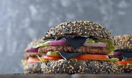 Zwarte cheeseburger stock afbeelding