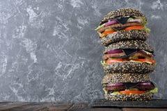 Zwarte cheeseburger royalty-vrije stock afbeeldingen