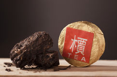 Zwarte Chinese thee puer stock foto