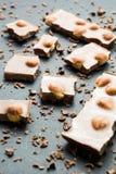 Zwarte chocolade met noten op een achtergrond van crumbs, verticaal stock afbeeldingen