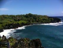 Zwarte cliffside van het zandstrand Stock Foto's