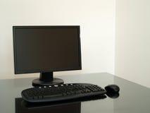 Zwarte computer op het bureau royalty-vrije stock fotografie