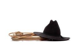 Zwarte cowboyhoed en lasso op wit stock fotografie