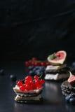 Zwarte crackers met kaas en bessen Royalty-vrije Stock Foto's