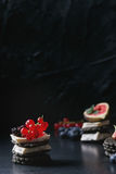 Zwarte crackers met kaas en bessen Stock Afbeelding