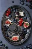 Zwarte crackers met kaas en bessen Royalty-vrije Stock Fotografie