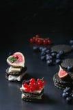 Zwarte crackers met kaas en bessen Royalty-vrije Stock Afbeelding