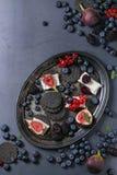 Zwarte crackers met kaas en bessen Royalty-vrije Stock Afbeeldingen