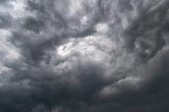 Zwarte cumuluswolken vóór het begin van een sterk onweer stock fotografie
