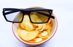 Zwarte 3D glazen op gebraden geïsoleerde aardappel Stock Afbeelding