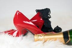Zwarte damesslipjes op rode hoge hielschoen Royalty-vrije Stock Foto's