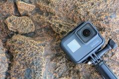 Zwarte de actiecamera van de Goproheld tegen de achtergrond van rotsen Stock Foto