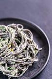 Zwarte deegwaren met spinazie, mascarpone en Parmezaanse kaas Royalty-vrije Stock Foto