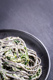 Zwarte deegwaren met spinazie, mascarpone en Parmezaanse kaas Royalty-vrije Stock Foto's