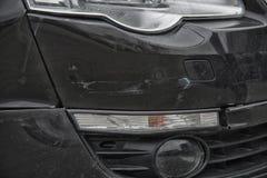 Zwarte die bumperauto met diepe schade aan de verf wordt gekrast royalty-vrije stock afbeelding