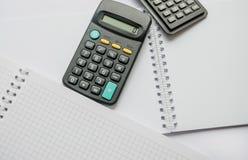 Zwarte die calculators op witte achtergrond worden geïsoleerd stock afbeeldingen