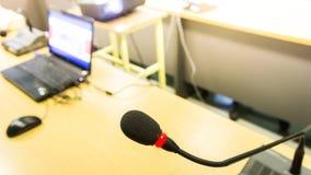 Zwarte die conferentiemicrofoon en computer voor vergaderingen en t wordt gebruikt Stock Foto