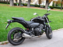 Zwarte die motorfiets in de straat van Parijs wordt geparkeerd stock foto's