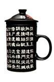 Zwarte die porseleinmok met Chinese karakters wordt verfraaid Royalty-vrije Stock Afbeeldingen