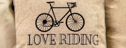 Zwarte die sport retro fiets op gouden kussen met bevrijde liefde wordt geborduurd Royalty-vrije Stock Afbeelding