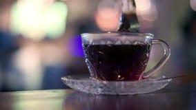 Zwarte die thee in een zak met warm water wordt gebrouwen stock video