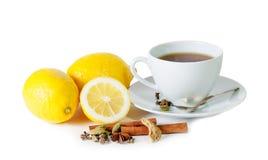 Zwarte die thee met citroen en kruiden op wit worden geïsoleerd Stock Foto's