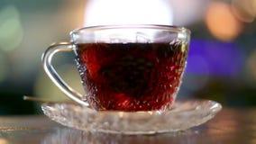 Zwarte die thee met warm water wordt gebrouwen stock footage
