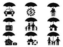 Zwarte die verzekeringspictogrammen met paraplu worden geplaatst vector illustratie