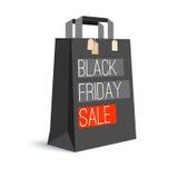 Zwarte document het winkelen zak met advertentietekst Zwarte vrijdagverkoop en met etiketten van de aankoop op de zak 3D Illustra Stock Afbeeldingen