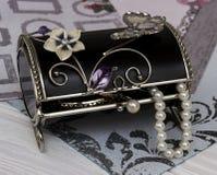 Zwarte doos met versieringen in uitstekende stijl stock foto