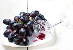 Zwarte druiven en rode wijn Royalty-vrije Stock Foto