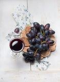 Zwarte druiven en rode wijn Stock Foto