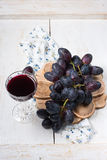 Zwarte druiven en rode wijn Royalty-vrije Stock Foto's