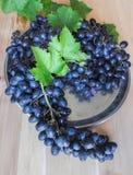 Zwarte druiven op een zilveren dienblad De zomer royalty-vrije stock foto