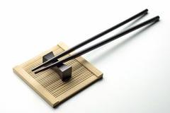 Zwarte eetstokjes voor rijst op een witte achtergrond royalty-vrije stock afbeeldingen