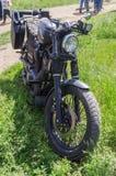 Zwarte eigengemaakte motorfiets met de inschrijving op de gashouder ` Fuck het systeem ` Royalty-vrije Stock Foto's