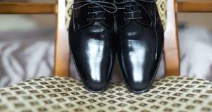 Zwarte elegandschoenen stock footage