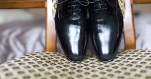 Zwarte elegandschoenen stock video