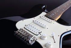 Zwarte elektrische gitaar Royalty-vrije Stock Afbeeldingen