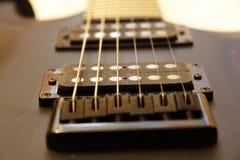 Zwarte elektrische gitaar op witte backgriund Royalty-vrije Stock Foto's