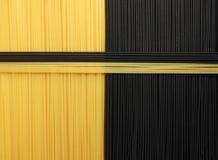 Zwarte en gele Spaghetti Stock Foto's