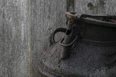 Zwarte en geoli?de metaalbus in het platteland Houten muur op achtergrond royalty-vrije stock afbeelding