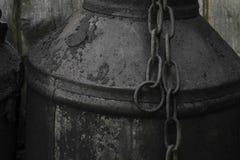 Zwarte en geoli?de metaalbus met de metaal roestige ketting in het platteland royalty-vrije stock foto's