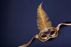 Zwarte en goud bevederd masker stock foto's