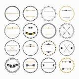 Zwarte en gouden hand getrokken lege die cirkelemblemen op witte achtergrond worden geplaatst Royalty-vrije Stock Foto