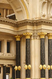 Zwarte en Gouden Kolommen op Oude Bogen Royalty-vrije Stock Fotografie